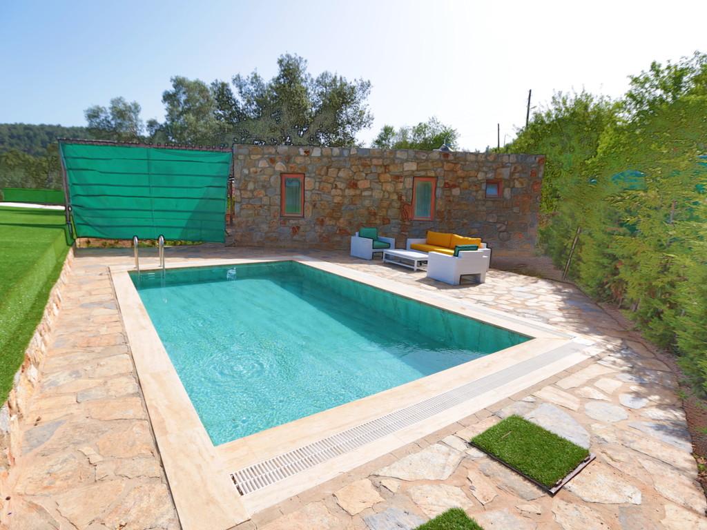Özel yüzme havuzlu taş villa